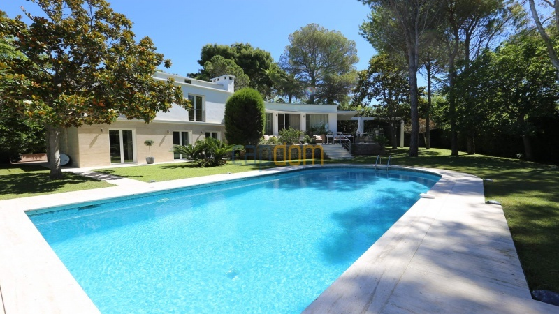 Modern villa facing the beach on the west side of Cap d'Antibes - swimming pool