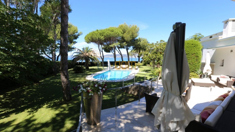 Modern villa facing the beach on the west side of Cap d'Antibes - view from patio