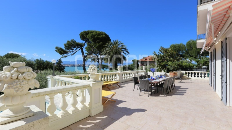 417 Charming sunny Villa for holiday rental in Cap d Antibes with beautiful view over the bay and the old town : facade - upper terrace