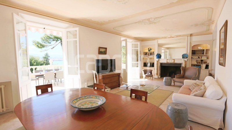417 Charming sunny Villa for holiday rental in Cap d Antibes with beautiful view over the bay and the old town : facade - living