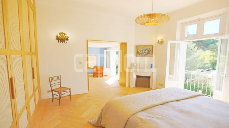417 Charming sunny Villa for holiday rental in Cap d Antibes with beautiful view over the bay and the old town : facade - Master