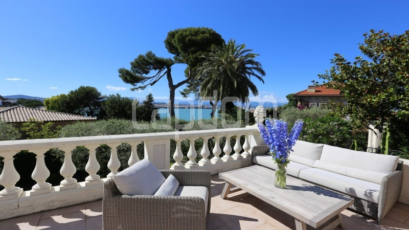 417 Charming sunny Villa for holiday rental in Cap d Antibes with beautiful view over the bay and the old town : facade - terrace