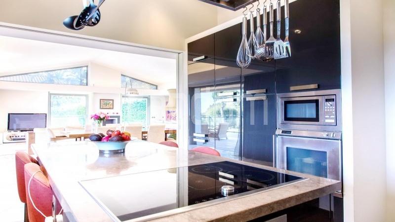 Contemporary large villa for vacation rental in Cap-Ferrat - kitchen