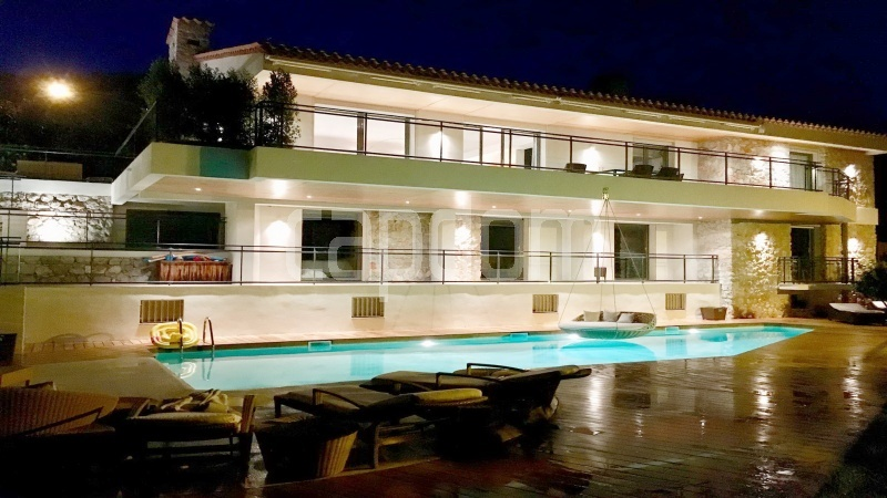 Contemporary large villa for vacation rental in Cap-Ferrat - front facade
