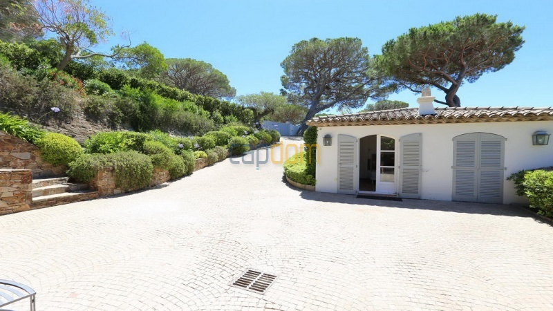 Villa for sale Les Parcs Saint Tropez - entrance path and annexed house