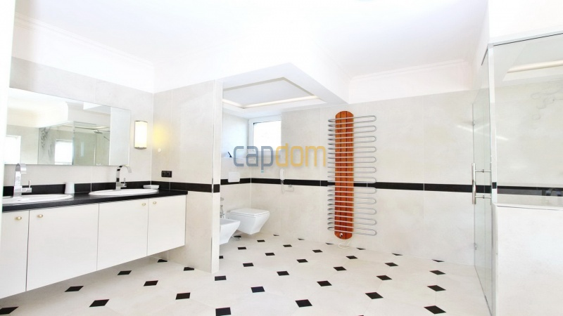Fully renovated villa west side of Cap d'Antibes near Pecheurs - master bathroom