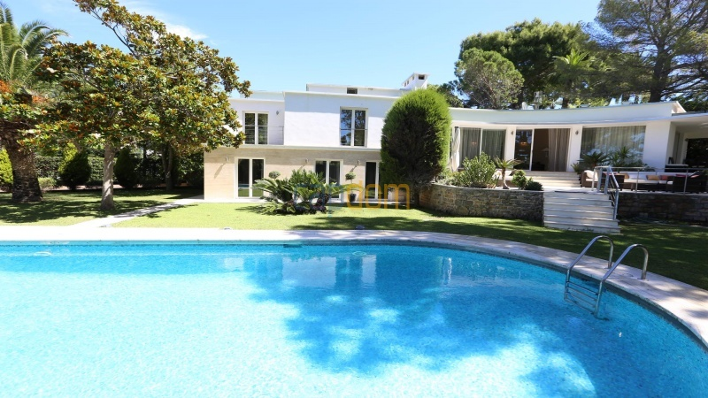 Modern villa facing the beach on the west side of Cap d'Antibes - front facade