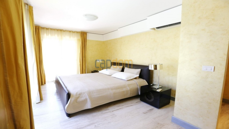 Modern villa facing the beach on the west side of Cap d'Antibes - bedroom 1