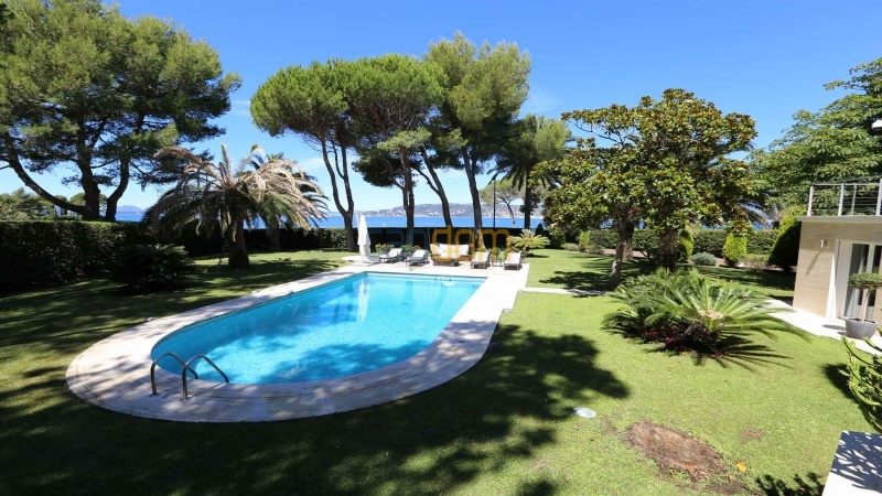 Modern villa facing the beach on the west side of Cap d'Antibes - swimming pool area