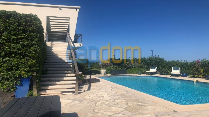 Pleasant Waterfront Californian Villa in Cap d'Antibes with Panoramic Sea View Over Garoupe Beach - side stairs