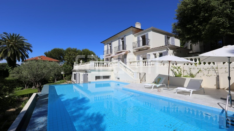 417 Charming sunny Villa for holiday rental in Cap d Antibes with beautiful view over the bay and the old town - front