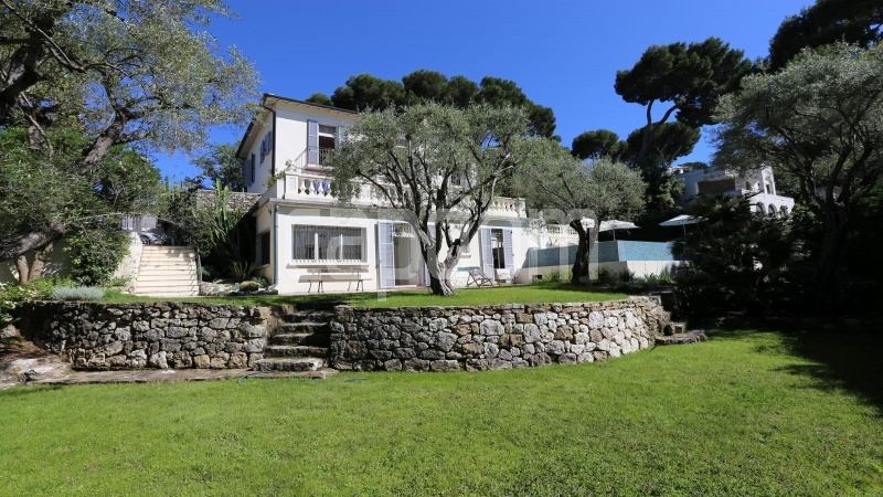 417 Charming sunny Villa for holiday rental in Cap d Antibes with beautiful view over the bay and the old town : facade