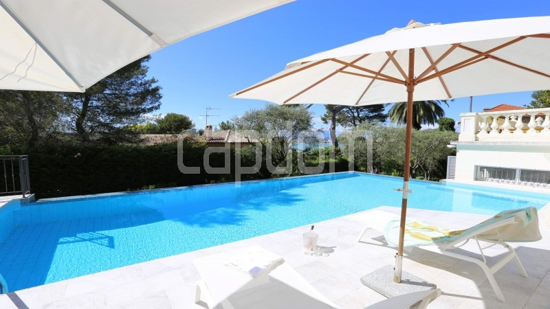 417 Charming sunny Villa for holiday rental in Cap d Antibes with beautiful view over the bay and the old town : facade - swimming pool