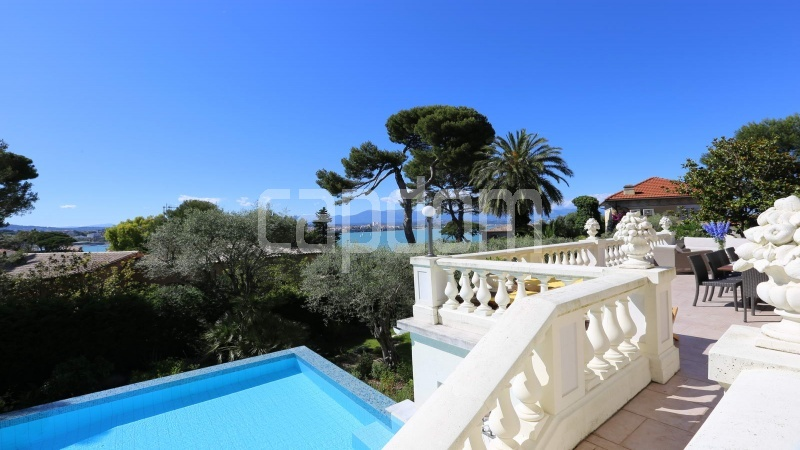 417 Charming sunny Villa for holiday rental in Cap d Antibes with beautiful view over the bay and the old town : facade - view