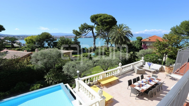 417 Charming sunny Villa for holiday rental in Cap d Antibes with beautiful view over the bay and the old town : facade - view 2
