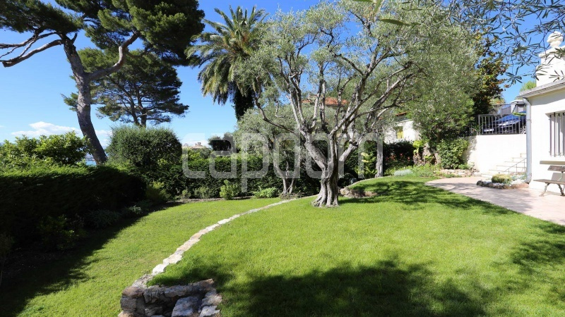 417 Charming sunny Villa for holiday rental in Cap d Antibes with beautiful view over the bay and the old town : facade - garden