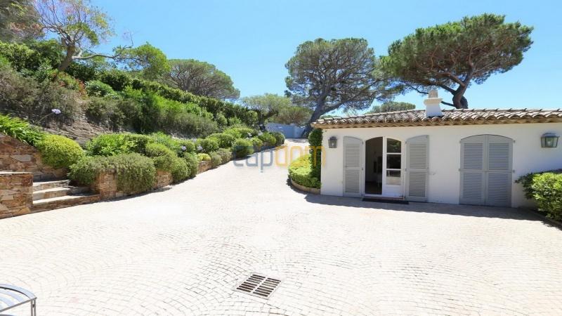 Villa for sale Les Parcs Saint Tropez - entrance path and annexed house