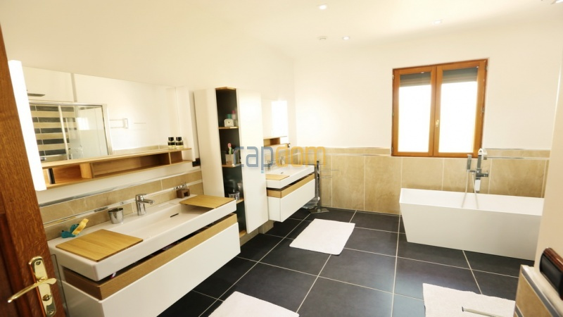 Villa for sale  Cap d'Antibes - master bathroom