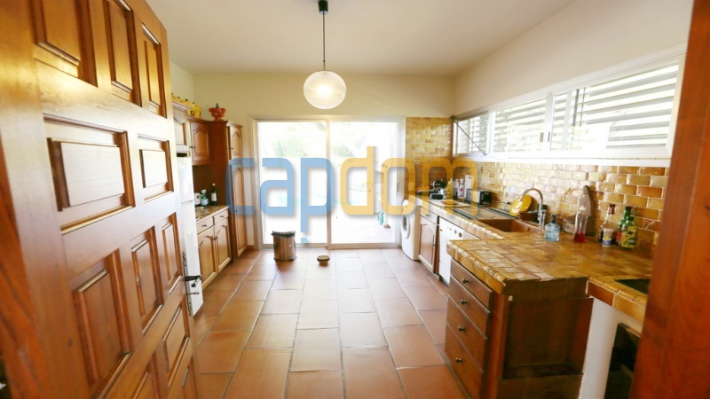 Californian Villa for sale Cap d'Antibes - kitchen opening on terrace