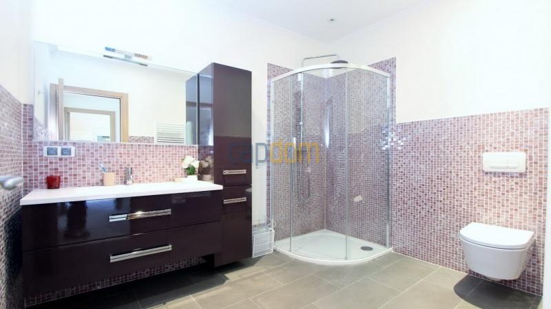 Fully renovated villa west side of Cap d'Antibes near Pecheurs - guest bathroom